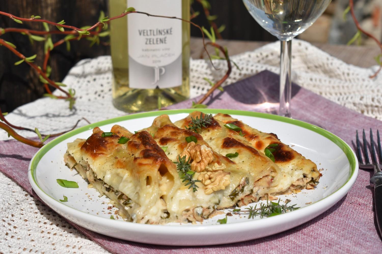 Cannelloni s tvarohovou náplní zapečené ve vinném bešamelu